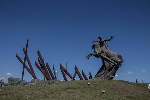 estatua en la Plaza de la Revolución en Santiago de Cuba